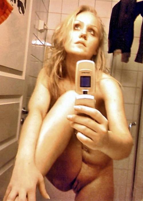 une blonde exhibe son minou lisse