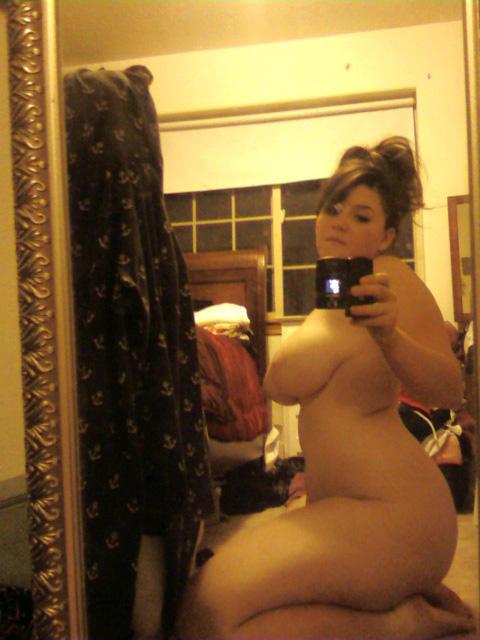 Une grosse sexe s'exhibe à l'aide de son téléphone portable