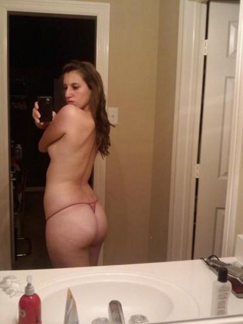 une femme exhibe ses grosses fesses