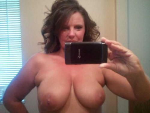 une femme mature exhibe ses seins