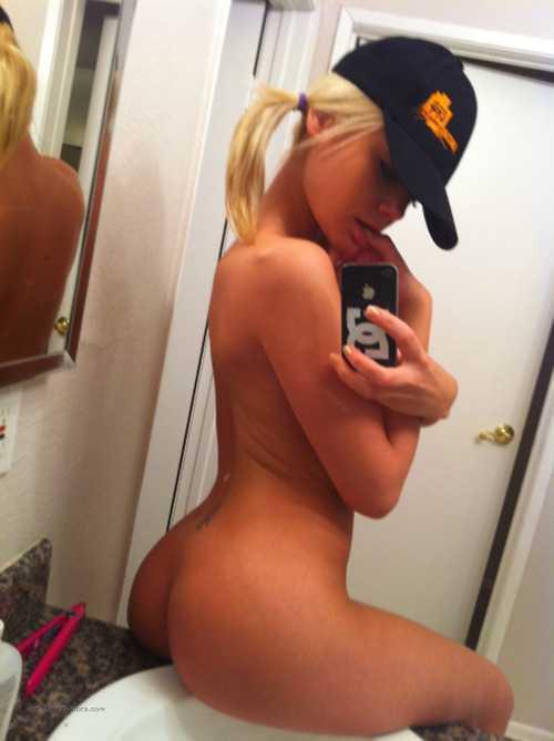 une blonde exhibe son cul parfait