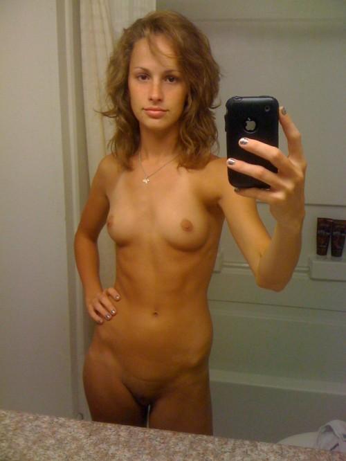une femme nue s'exhibe sur son iphone
