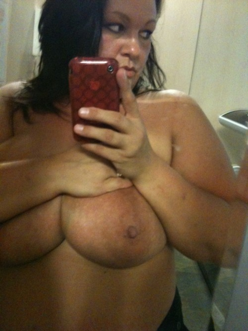 une grosse exhibe ses gros seins