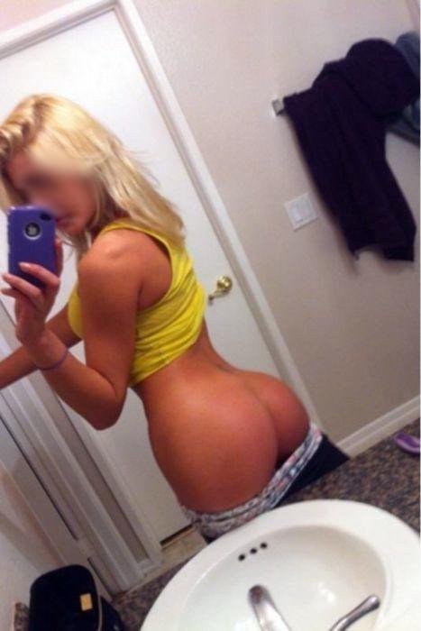 une blonde exhibe ses fesses bombées