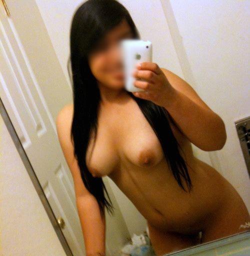 les seins d'une belle brune