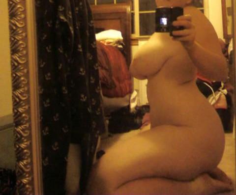 jeune femme ronde nue