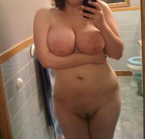 grosses aréoles d'une jeune femme ronde