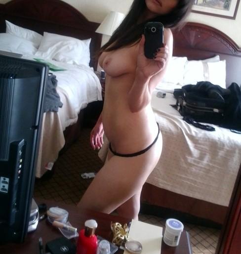 pose sexy d'une femme en string