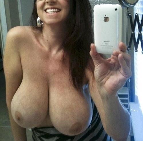 Exhibe de gros seins naturels