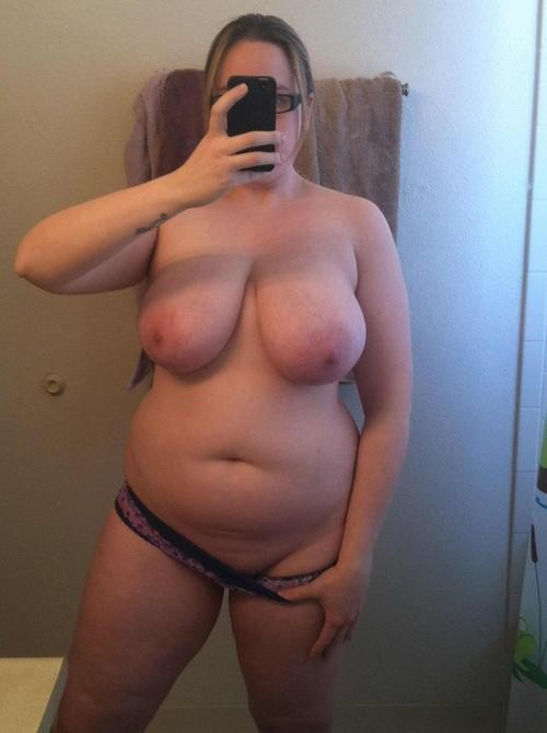 Femme ronde baisse sa culotte
