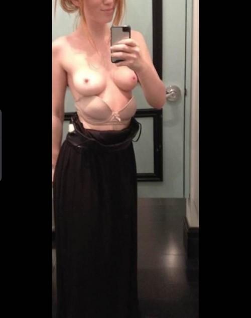 Les petits seins d'une rouquine